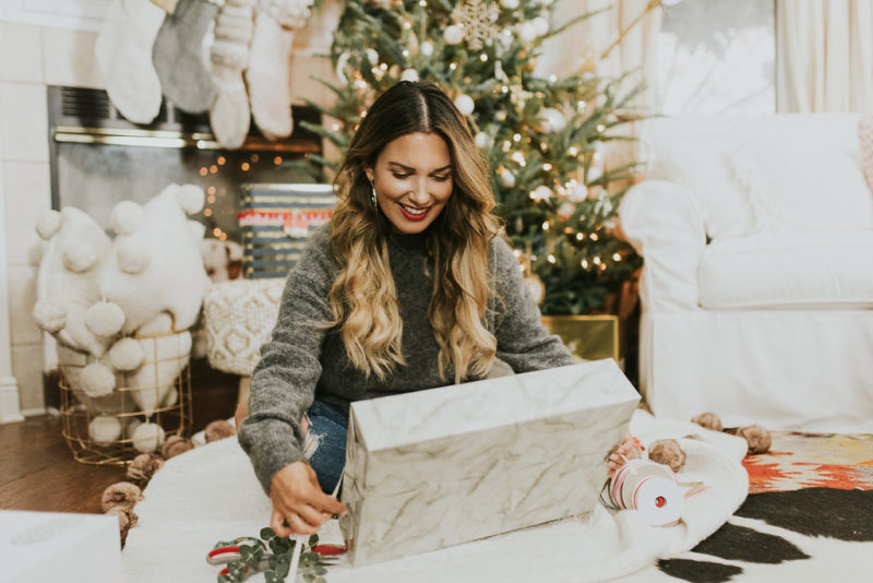 EASY STEPS TO DECORATING YOUR CHRISTMAS GIFTS. READ MORE TO FIND CUTE, WRAPPING IDEAS.